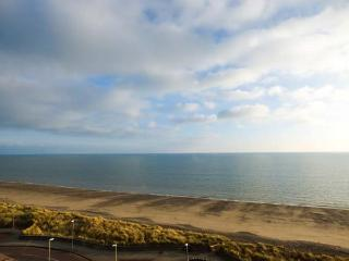 THE PENTHOUSE-PWLLHELI, sea views, off road parking, en-suites, pet-friendly apartment in Pwllheli, Ref. 14782 - Pwllheli vacation rentals