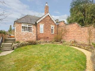 ORCHARD COTTAGE, woodburner, WiFi, hot tub, enclosed garden, in Calwich, Ref 6093 - Alrewas vacation rentals