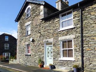 DIZZY DUCK COTTAGE, gas and electric fire, enclosed patio, WiFi, in centre of Windermere, Ref 917671 - Windermere vacation rentals