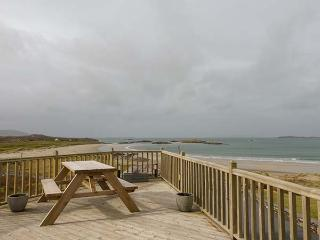 GLASSILLAUN BEACH HOUSE, bedrooms all en-suite, multi-fuel stove, garden, near Tully, Ref 918002 - Cleggan vacation rentals