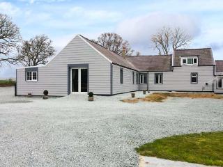 THE KEEPERS LODGE, detached stone cottage, woodburner, hot tub, family accommodation, near Morfa Nefyn, Ref 917973 - Llanbedrog vacation rentals