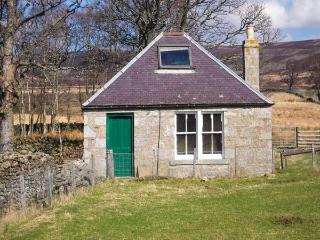 HOUSE OF MARK COTTAGE, remote location, woodburner, WiFi, pet-friendly, enclosed garden, Ref 921271 - Tarfside vacation rentals