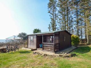 TREVENNA CABIN, cabin in woodland setting, lovely grounds, firepit, close coast, in Sticker Ref 922255 - Sticker vacation rentals