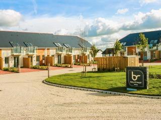 24 BAY RETREAT VILLAS, contempoary villa, spacious open plan living, WiFi, pet-friendly, near St Merryn, Ref 922465 - Wadebridge vacation rentals