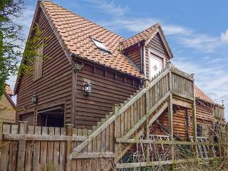 THE HAYLOFT, all first floor, open plan studio accommodation, parking, in King's Lynn, Ref 922572 - King's Lynn vacation rentals