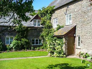 BLUEBELL COTTAGE, two double bedrooms, WiFi, fishing available, lovely walks nearby, near Leominster, Ref 923071 - Herefordshire vacation rentals