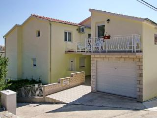 Sunny apartment on the Dalmatian Coast with air con, WiFi and balcony – 100 metres from the beach! - Brna vacation rentals