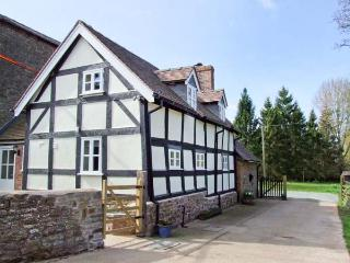 STONE HOUSE, feature beams and inglenook fireplace, woodburning stove, near The Shropshire Way in Caynham, Ref 917912 - Shropshire vacation rentals