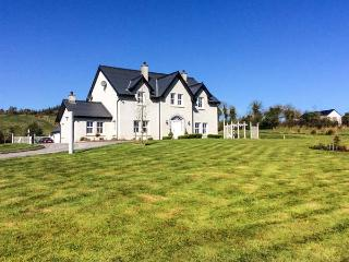 KILCLARE LODGE, detached, woodburning stoves, WiFi, off road parking, garden, near Carrick-on-Shannon, Ref 922002 - Ballyconnell vacation rentals