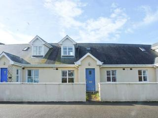 11 FAIRWAY DRIVE, mid-terrace cottage, near beach & golf, close to amenities, lawned garden, in Rosslare Harbour, Ref 923705 - Kilrane vacation rentals