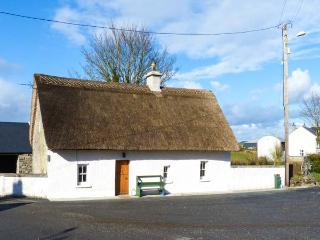 HIGH NELLY COTTAGE, pet-friendly, multi-fuel range, WiFi, character beams, thatched cottage near Abbeyleix, Ref 923044 - Thurles vacation rentals