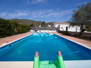 Charming 5-bedroom villa in La Juncosa, only 20km from the beach! - Alt Camp vacation rentals
