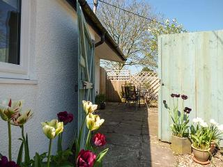 RECTORY COTTAGE, all ground floor, en-suite, parking, garden, in Abergavenny, Ref 923558 - Abergavenny vacation rentals