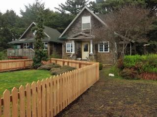 Bunbury is a classic Cannon Beach cottage in Tolovana are with 2 bedrooms 2 bath Sleeps 6 - 61672 - Cannon Beach vacation rentals