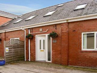 QUARTER COTTAGE, family friendly, country holiday cottage, with a garden in Ledsham, Ref 4251 - Cheshire vacation rentals