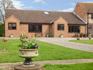 THE MILKING PARLOUR, ground floor, tennis and golf, lawned garden with furniture, near York, Ref 904788 - Skipwith vacation rentals