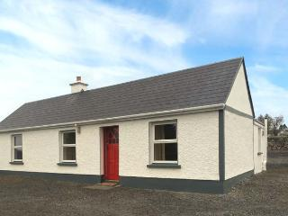 DOOGARA COTTAGE, single-storey, detached, open fire, off road parking, garden, in Ballaghaderreen, Ref 921487 - Charlestown vacation rentals