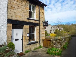 PAULS FOLD HOLIDAY COTTAGE, pet-friendly cottage by river, WiFi, patio, Jacuzzi bath, Ingleton Ref 923378 - Bentham vacation rentals