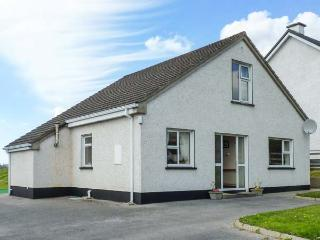 8 THE GLEBE, traditional, detached, open fire, lawned garden, in Donegal Town, Ref 924178 - County Donegal vacation rentals