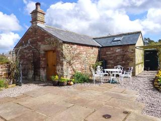 THE COBBLES, stone-built cottage, romantic retreat, en-suite bedroom, walks and cycle routes nearby, near Penrith, Ref 12060 - Alston vacation rentals