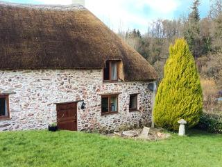 STABLE COTTAGE, character thatched cottage with king-size bed, large grounds, close to coast, in Roadwater, near Watchet, Ref 91 - Somerset vacation rentals