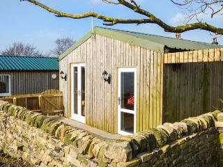 THE OLD CORN STORE, en-suite, hot tub, WiFi, pet-friendly cottage, near Haworth, Ref. 916393 - West Yorkshire vacation rentals