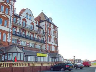 CAIRNS VISTA, pet-friendly seafront apartment by beach and amenities, Whitby Ref 918423 - Whitby vacation rentals