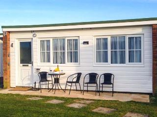THE HEADLANDS, single-storey terraced chalet on holiday park, pet-friendly, on-site outdoor swimming pool, in Scratby near Great Yarmouth, Ref 919396 - Ormesby Saint Margaret vacation rentals