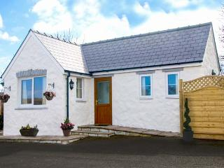 PEN-Y-BRYN, detached, single-storey, underfloor heatingd, hot tub, on-site swimming pool, romantic retreat, near Cardigan, Ref 9 - Cardigan vacation rentals