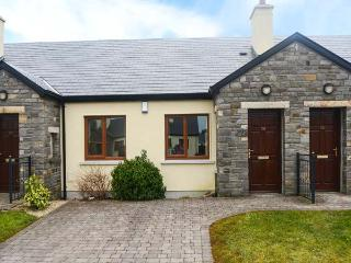 CARRAMORE MEADOWS, single-storey, wet room, ideal for couples or small family, near Knock, Ref 922135 - Knock vacation rentals