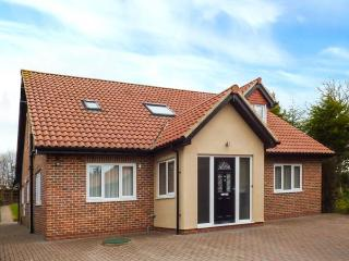 THE BIRCHES, detached cottage with hot tub, enclosed garden, WiFi, Morpeth Ref 923164 - North Shields vacation rentals