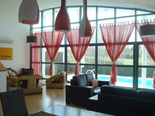 Lovely Spacious Villa & Pool, sleeps 6 Golf Co - Palmela vacation rentals