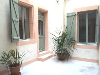 002 Cool Classic, Unbeatable Location centre-ville - Narbonne vacation rentals