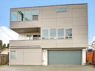 1800sf High end modern. 96 walk score. 2 car garag - Seattle vacation rentals