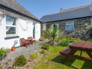 SARAH MAY'S COTTAGE, cosy cottage, WiFi, open plan living, off road parking, garden, in Helston, Ref 914398 - Mawnan Smith vacation rentals