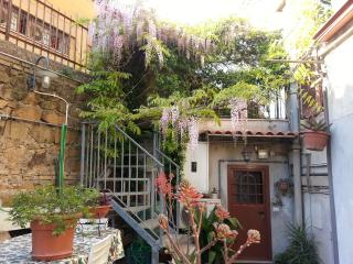 Nice Independent Studio with a garden - Cave vacation rentals