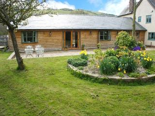 DOLLEY FARM COTTAGE, lovely views, hot tub, off road parking, with a garden, in Presteigne, Ref 14670 - Presteigne vacation rentals