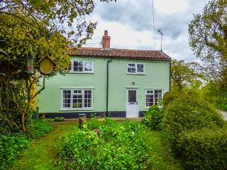 FOX COTTAGE, rich in character, with exposed beams and floorboards, woodburner, near RSPB Minsmere in Darsham, Ref 29701 - Halesworth vacation rentals