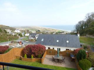 YSBRYD-Y-MOR, luxury detached house, 60' TV, WiFi, en-suites, hot tub, sea views, in Pendine, Ref 924120 - Llanddowror vacation rentals