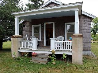 CUTE ISLAND BUNGALOW LOCATED CLOSE TO THE KATAMA GENERAL STORE - Edgartown vacation rentals
