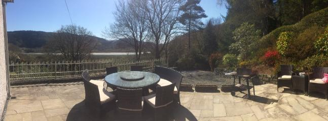 BBQ and patio area with views over the river and mountain range. - Snowdonia, mountain and river views, near beaches. - Criccieth - rentals