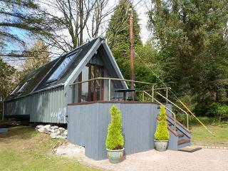 DUNDONALD LANDING, lochside chalet with private jetty, lawned garden, all ground floor accommodation, in Dundonald, Ref 14678 - Benderloch vacation rentals