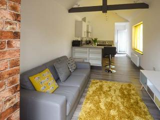 WHITE COTTAGE ANNEXE, en-suite bedroom, enclosed patio, pet-friendly, WiFi, Ref 922678 - Hundleton vacation rentals