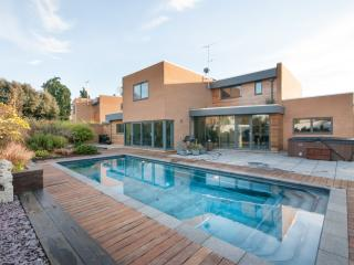 Stylish Cheltenham ALL YEAR POOL(26-30C) & hot tub - Cheltenham vacation rentals