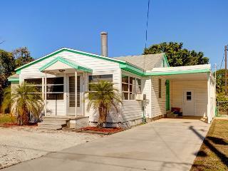 Venice Albee Sunset Cottage - 1 block walk to Nokomis beach - sleeps 8, Wifi - Nokomis vacation rentals