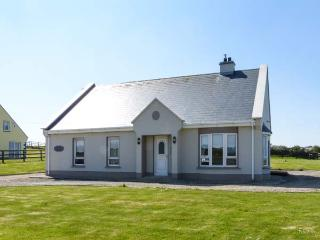 SEASCAPE COTTAGE, sea views, Sky TV, solid fuel stove, en-suite, large gardens, near Lahinch, Ref. 921913 - Lahinch vacation rentals
