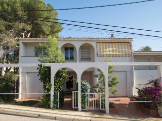 Oceanfront holiday home wth big pool,garden garage - Altafulla vacation rentals