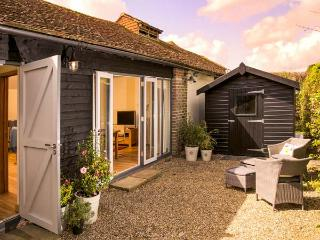 THE GRANARY, single-storey, ideal for a couple or two friends, walks from the door, near Hever, Ref 923527 - Kent vacation rentals