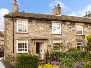CHERRY TREE COTTAGE next to castle, woodburning stove, in National Park in Castleton Ref 921227 - Castleton vacation rentals