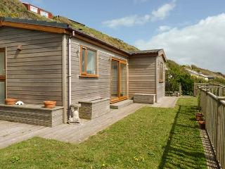 BRACKENBACK, hot tub, private garden, pet-friendly, woodburner, WiFi. in Millbrook, Ref 924586 - Cawsand vacation rentals